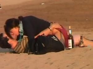 ivre--elle-baise-sur-la-plage-en-plein-jour