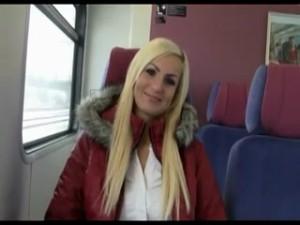 blondinette-baisee-a-l-arrache-dans-les-toilettes-du-train